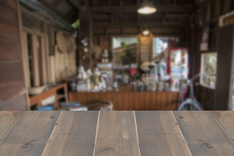 Προοπτική ξύλινη με το αφηρημένο εσωτερικό καφετεριών και καφέδων θαμπάδων παλαιό για το υπόβαθρο στοκ εικόνες