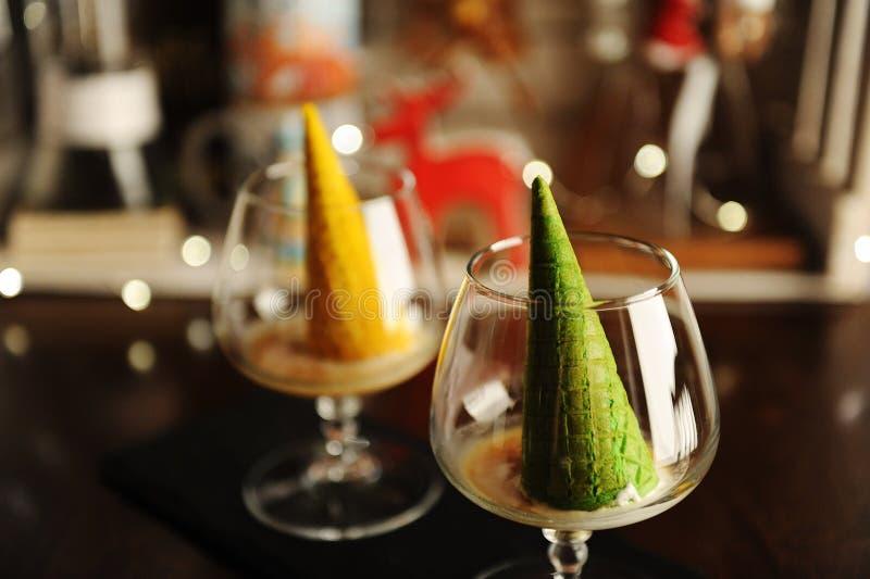 Προσδιορισμός τροφίμων του ιταλικού afogato επιδορπίων ως χριστουγεννιάτικο δέντρο με το λάμποντας αστέρι Πράσινος κώνος βαφλών σ στοκ φωτογραφία με δικαίωμα ελεύθερης χρήσης