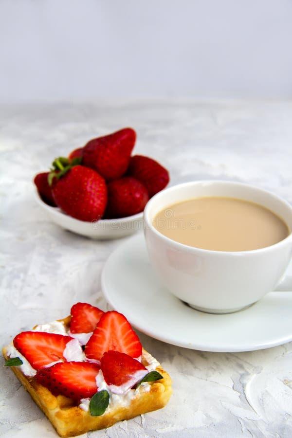 Πρόγευμα με τις βιενέζικες φράουλες βαφλών με τον καφέ κρέμας στοκ φωτογραφία με δικαίωμα ελεύθερης χρήσης
