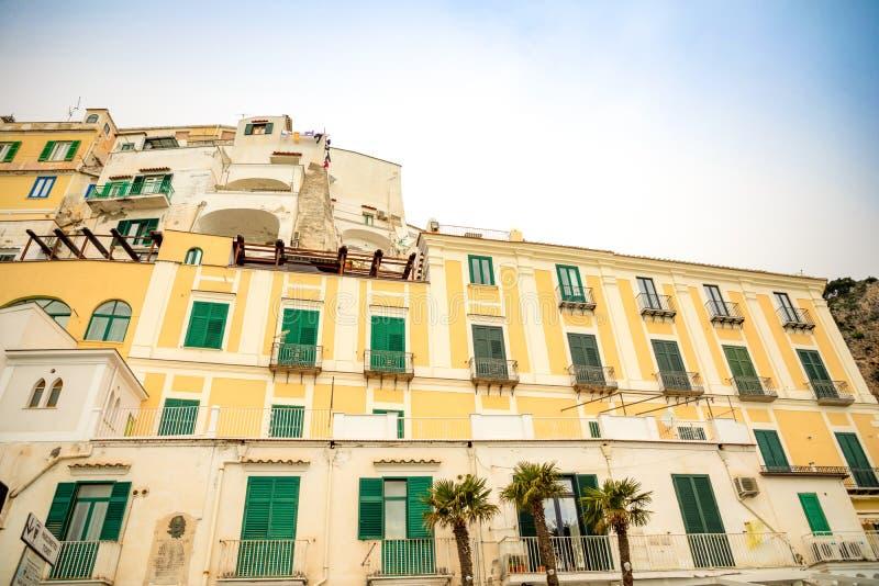 Πρόσοψη του σπιτιού στην οδό της πόλης της Αμάλφης, Ιταλία στοκ εικόνες
