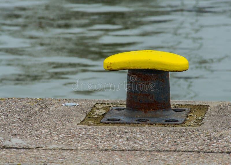 Πρόσδεση χυτοσιδήρου bitt σε ένα μικρό λιμάνι στοκ φωτογραφία