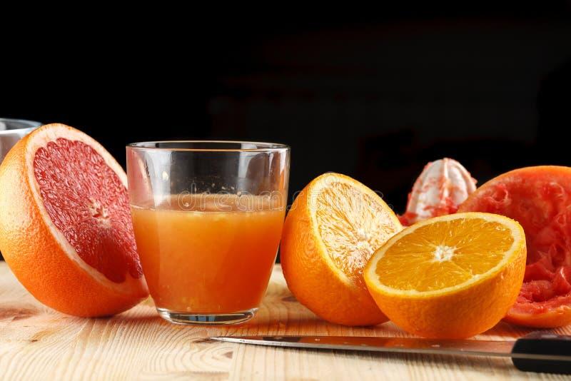 Πρόσφατα συμπιεσμένος χυμός εσπεριδοειδών Πορτοκάλι και γκρέιπφρουτ στοκ φωτογραφία