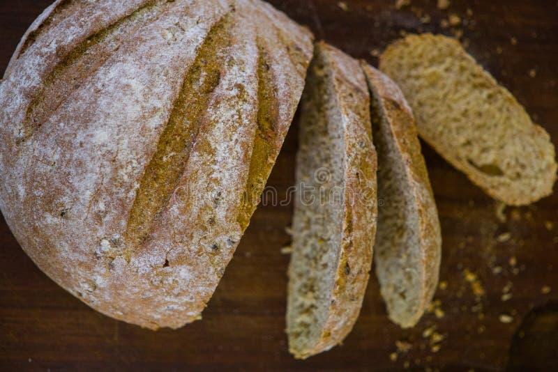 Πρόσφατα ψημένο ψωμί στο σκούρο γκρι πίνακα κουζινών, τοπ άποψη στοκ φωτογραφία με δικαίωμα ελεύθερης χρήσης
