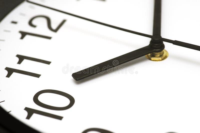 Πρόσωπο ρολογιών Κλείστε επάνω επάνω δεξιόστροφα χρονικό λευκό αντικειμένου ανασκόπησης απομονωμένο έννοια Χρονική έννοια με το ρ στοκ εικόνα