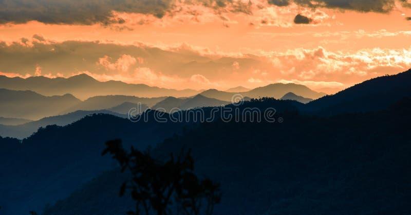 Πρωί στο απεριόριστο βουνό στοκ φωτογραφία με δικαίωμα ελεύθερης χρήσης