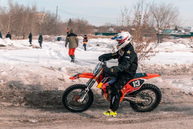 Πρωταθλήματα μοτοκρός το χειμώνα στη Σιβηρία Ομσκ στοκ εικόνα με δικαίωμα ελεύθερης χρήσης