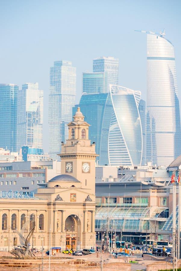 Πύργοι της πόλης της Μόσχας και άποψη του σιδηροδρομικού σταθμού του Κίεβου στοκ εικόνα με δικαίωμα ελεύθερης χρήσης