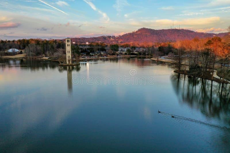 Πύργος ρολογιών στη λίμνη Furman στοκ εικόνες