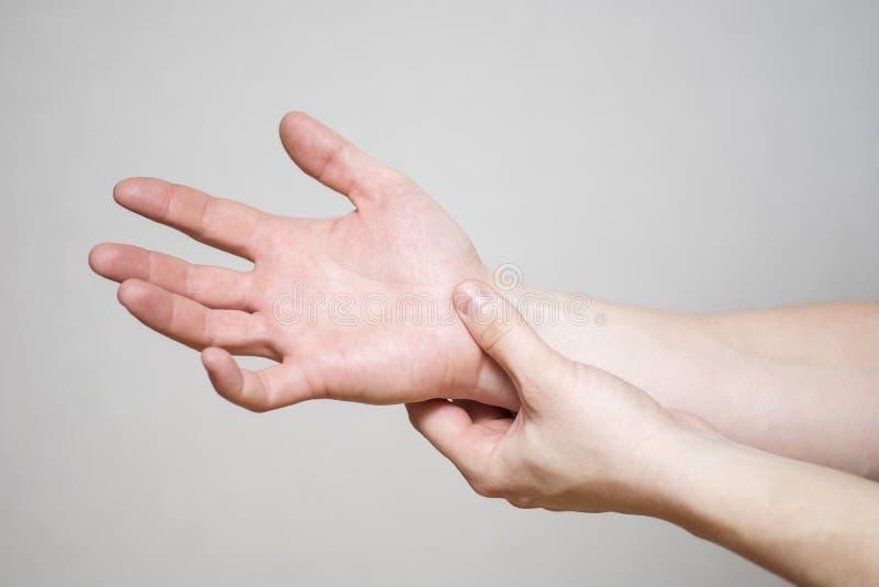 Πόνος στις ενώσεις των χεριών Καρπικό σύνδρομο σηράγγων Τραυματισμός χεριών, που αισθάνεται τον πόνο Υγειονομική περίθαλψη και ια στοκ εικόνες