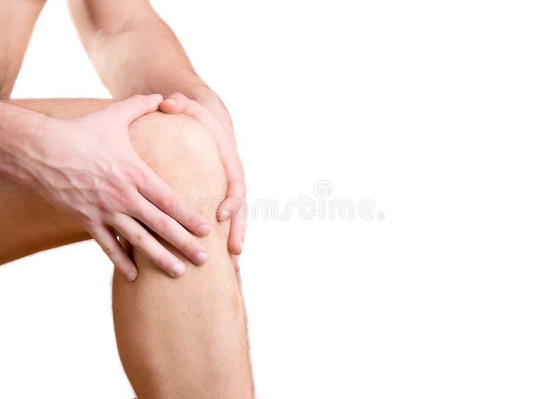 Πόνος στο γόνατο ενός ατόμου σε ένα άσπρο υπόβαθρο στοκ φωτογραφίες με δικαίωμα ελεύθερης χρήσης