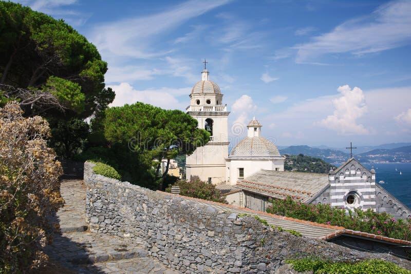 Πόρτο Venere, Λα Spezia, Λιγυρία, Ιταλία, Ευρώπη: Στις 8 Αυγούστου 2018 Θόλος και στέγη της εκκλησίας του SAN Lorenzo σε Portoven στοκ εικόνες με δικαίωμα ελεύθερης χρήσης