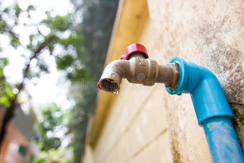Πώς να σώσει την έναρξη νερού στο σπίτι μας - εκτός από το νερό, να μειώσει τις δαπάνες, ξηρασία στοκ εικόνες με δικαίωμα ελεύθερης χρήσης
