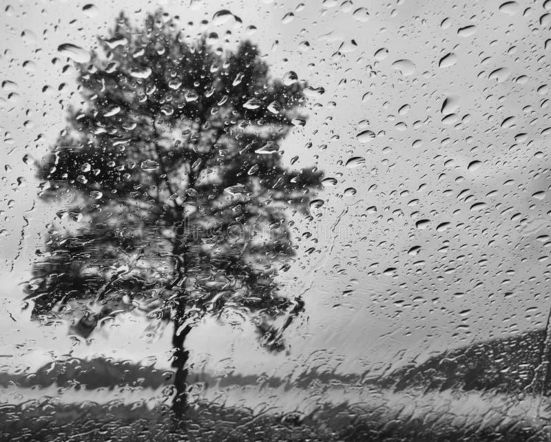 Πτώσεις νερού σε ένα πλακάκι γυαλιού στοκ φωτογραφίες