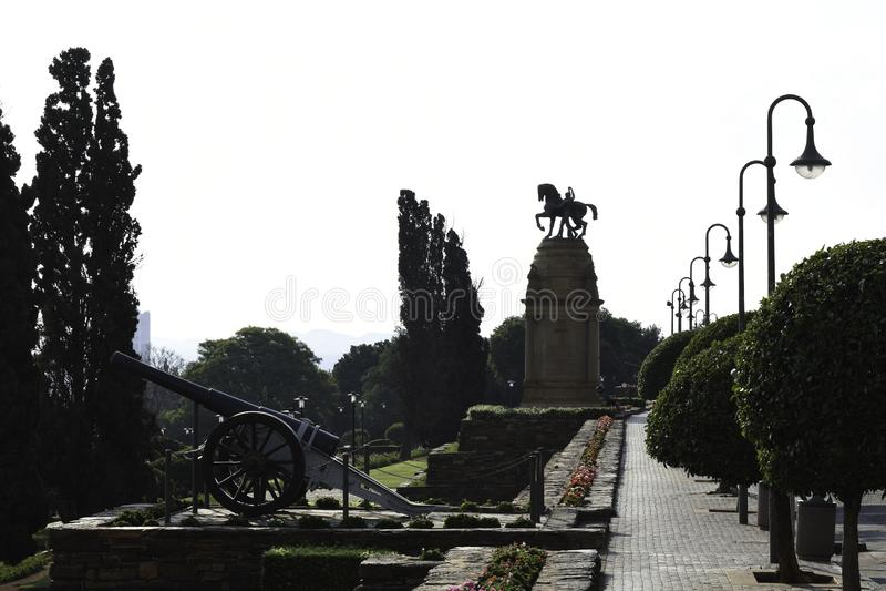 Πυροβόλο και μνημείο στα κτήρια ένωσης της Νότιας Αφρικής στοκ φωτογραφία με δικαίωμα ελεύθερης χρήσης