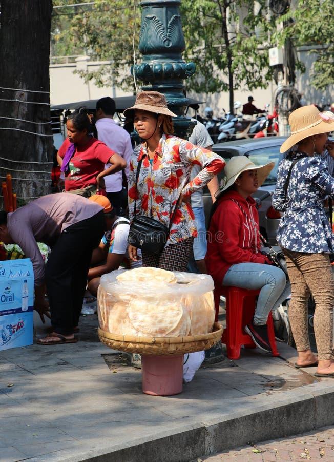 Πωλητής κροτίδων ικτίνων που στέκεται με την κροτίδα ικτίνων της στις σαφείς πλαστικές τσάντες στο αλωνίζοντας καλάθι για την πώλ στοκ φωτογραφία με δικαίωμα ελεύθερης χρήσης
