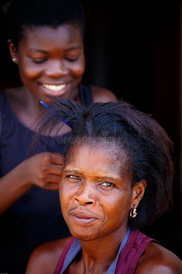 Ï ACCRAS, GHANA ¿ ½ am 18. März: Nicht identifizierte junge afrikanische Frau machen h lizenzfreie stockfotografie