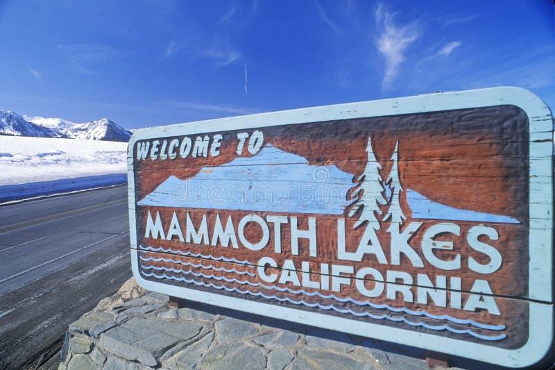 ï ¿ ½ powitanie Mamutowy jeziora Californiaï ¿ ½ znak wzdłuż jezdni, mamut, Kalifornia zdjęcia stock