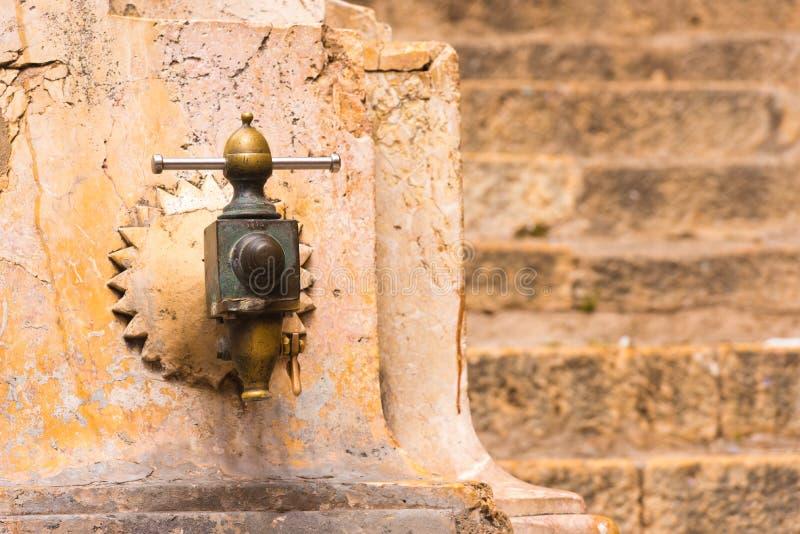 Ï TARRAGONAS, SPANIEN ¿ ½ am 1. Mai 2017: Antikisieren Sie den Wasserhahn Nahaufnahme stockbilder