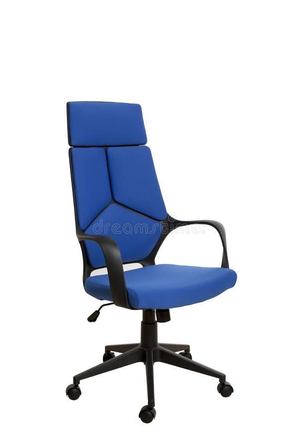 Тhree-fjärdedelar beskådar av en modern kontorsstol, gjort av svarta plas royaltyfri bild