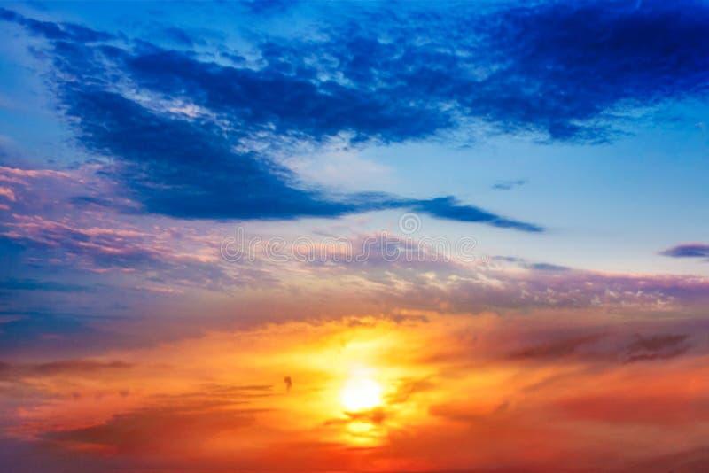 абстрактный большой взрыв светлое небо вероисповедание jesus рая предпосылки красивейшее облако Небо предпосылки на заходе солнца стоковые фото