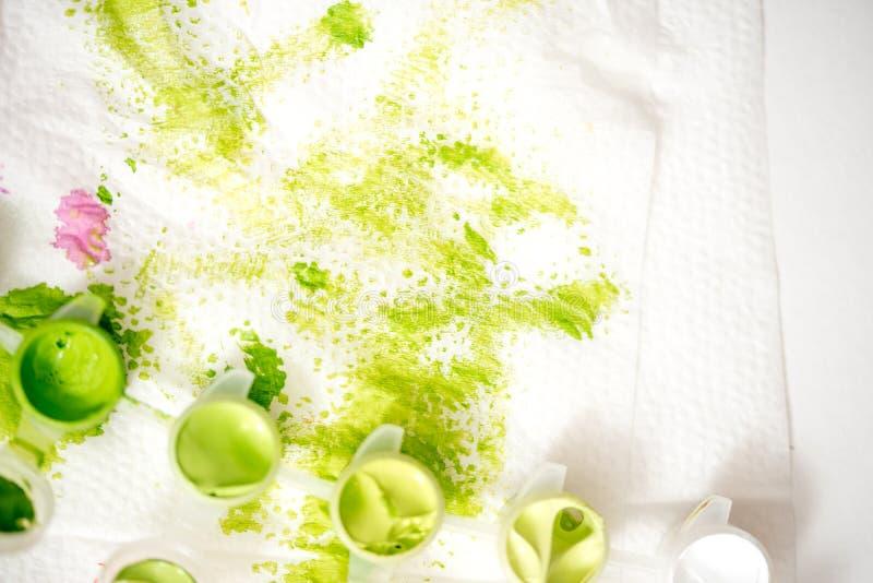 абстрактной акварель предпосылки покрашенная рукой Зеленое пятно краски на белой салфетке стоковое изображение