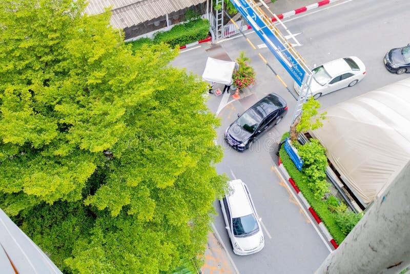 3 автомобиля поворачивают левую сторону на угол улицы около универмага Bangkapi торгового центра, Таиланда 14-ое марта 2017 стоковое фото rf