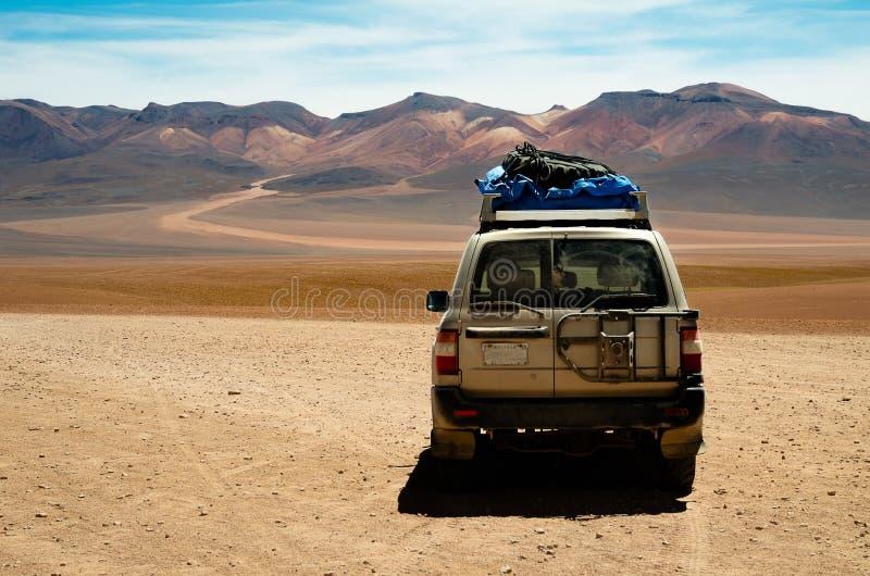 Автомобиль в пустыне Боливии стоковое изображение