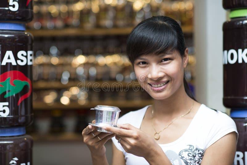 Азиатская женщина усмехаясь с въетнамским кофе - горячий кофе молока со сконденсированным молоком в стиле Вьетнама Традиционное в стоковые изображения