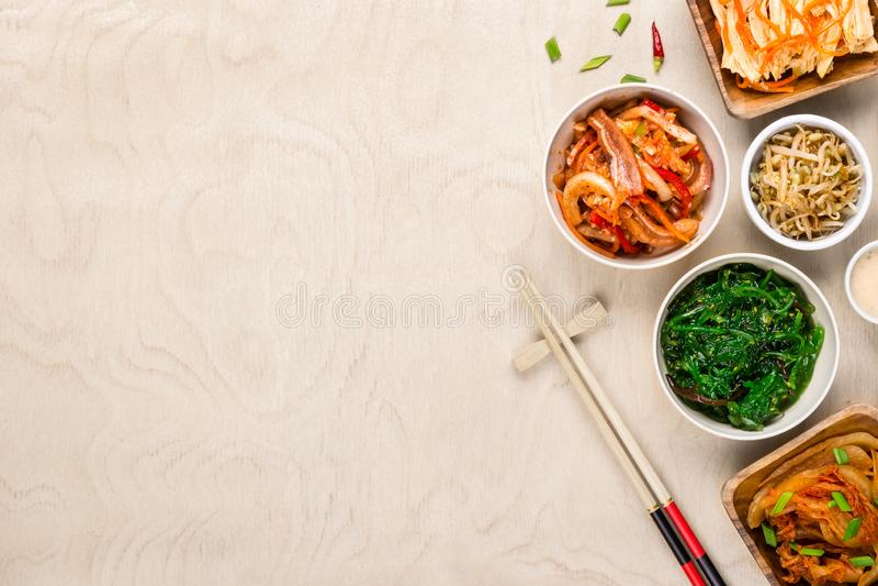 Азиатские корейские еда и палочки на деревянной предпосылке стоковые фотографии rf