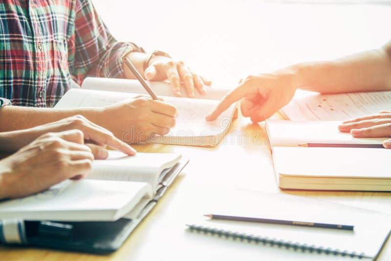 Азиатский молодой человек, гомосексуализм или указывать женщины сидя изучающ рассматривать Книги гувернера с друзьями стоковые изображения