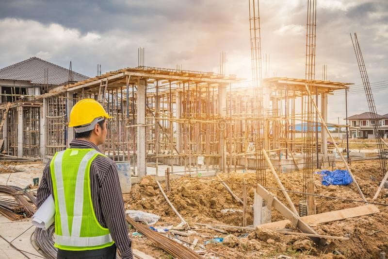 Азиатский работник инженера по строительству и монтажу бизнесмена стоковая фотография rf