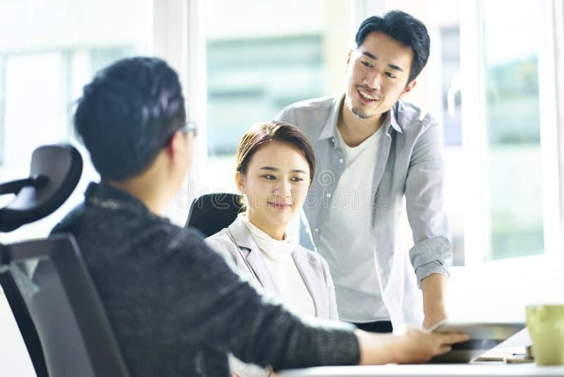 3 азиатских управляющего корпорации встречая в офисе стоковое изображение rf