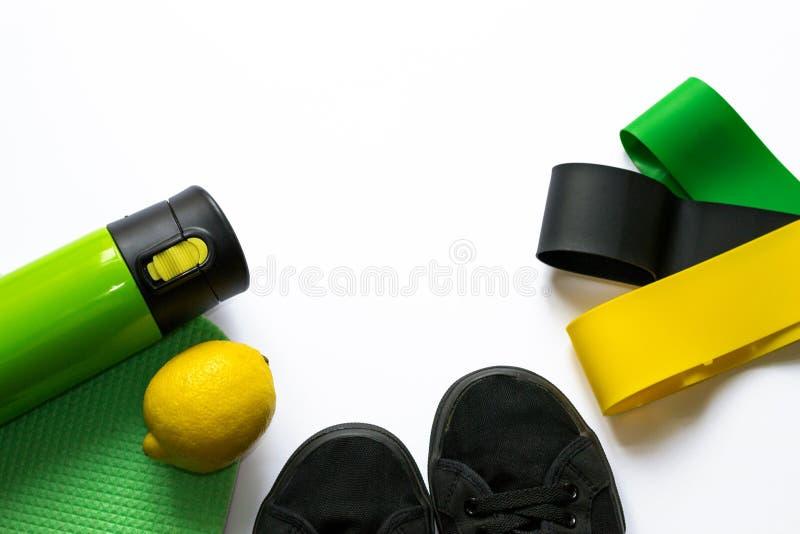 Аксессуары для тренируя execises и потерять вес на белой предпосылке с copyspace в зеленых цветах Концепция разминки, фитнеса стоковые фото