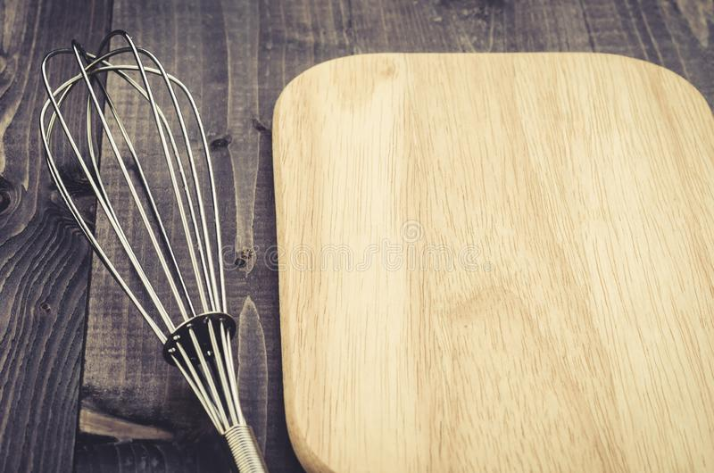 Аксессуары nimbus кухни и аксессуары nimbus доски/кухни и доска на темной деревянной предпосылке С космосом экземпляра стоковые фотографии rf