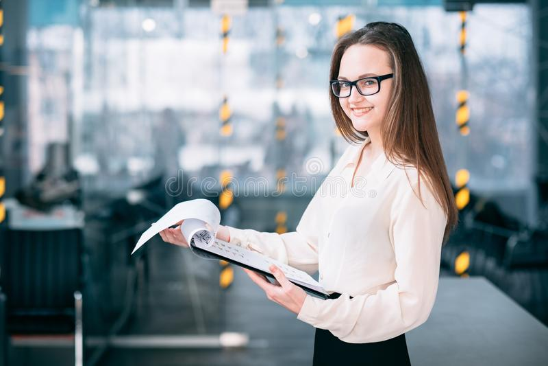 Аналитик женщины темпов роста анализа продажи корпоративный стоковое фото