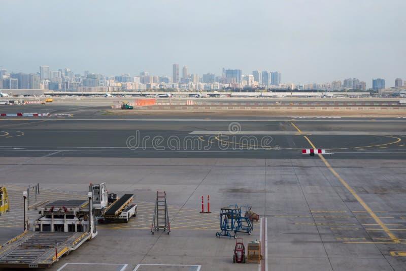Аэропорт вне сцены окна, ждать полет стоковые фото
