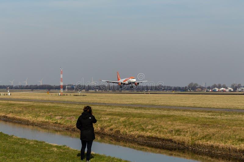 Аэропорт Schiphol, северная Голландия/Нидерланд - 16-ое февраля 2019: Аэробус A319-100 G-EZFZ EasyJet стоковая фотография rf