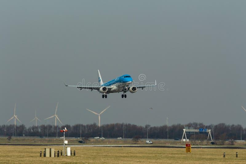 Аэропорт Schiphol, северная Голландия/Нидерланд - 16-ое февраля 2019: KLM Cityhopper Embraer ERJ-190 PH-EZL стоковые фото