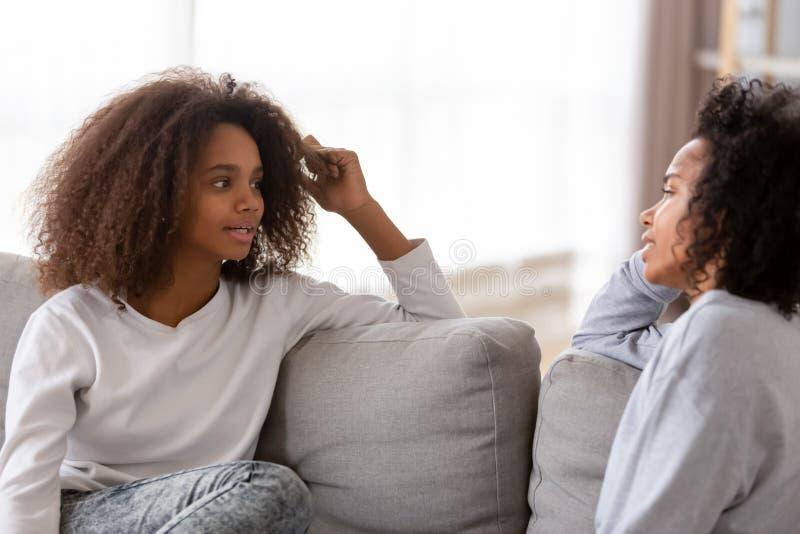 Африканское свободное время траты матери и дочери беседуя дома стоковое фото rf
