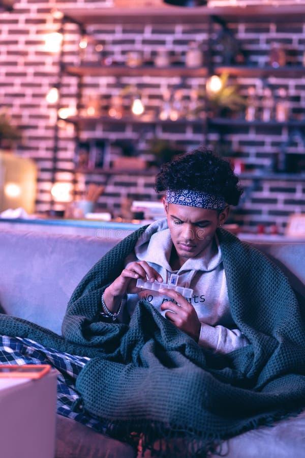 Афро-американская проверка мальчика сколько таблеток он вышел к принимать стоковое изображение