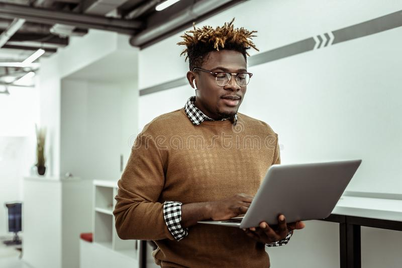 Афро-американский программист в ясных стеклах держа ноутбук стоковое фото rf