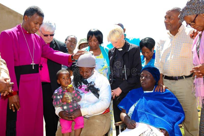 Архиепископ Священник Praying для его конгрегации стоковая фотография rf