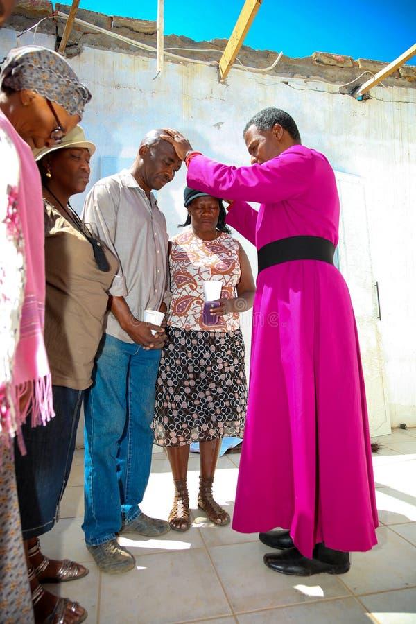 Архиепископ Священник Praying для его конгрегации стоковое фото rf