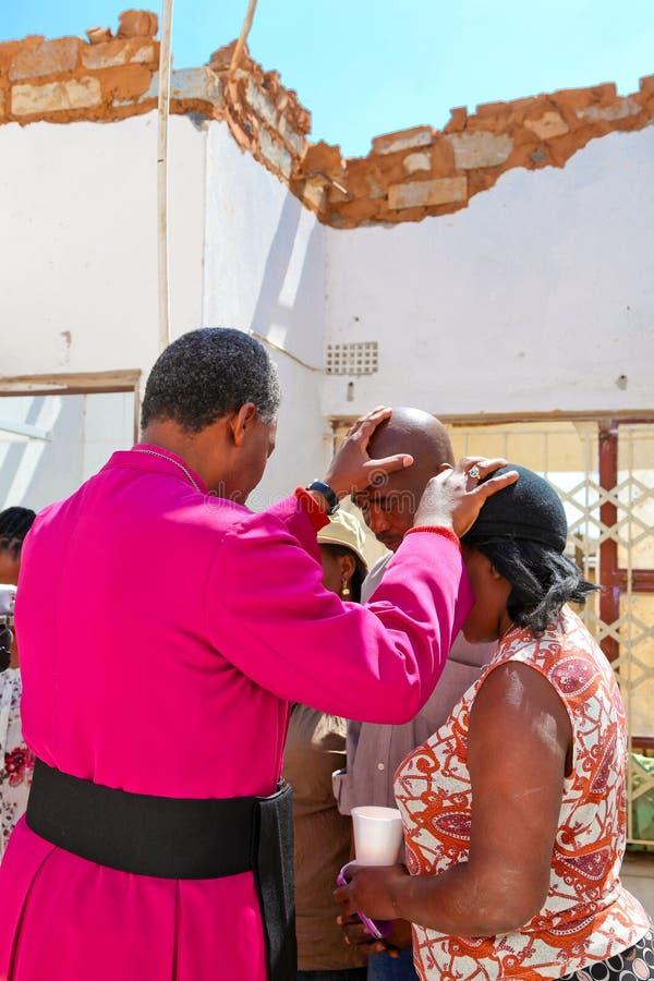 Архиепископ Священник Praying для его конгрегации стоковая фотография