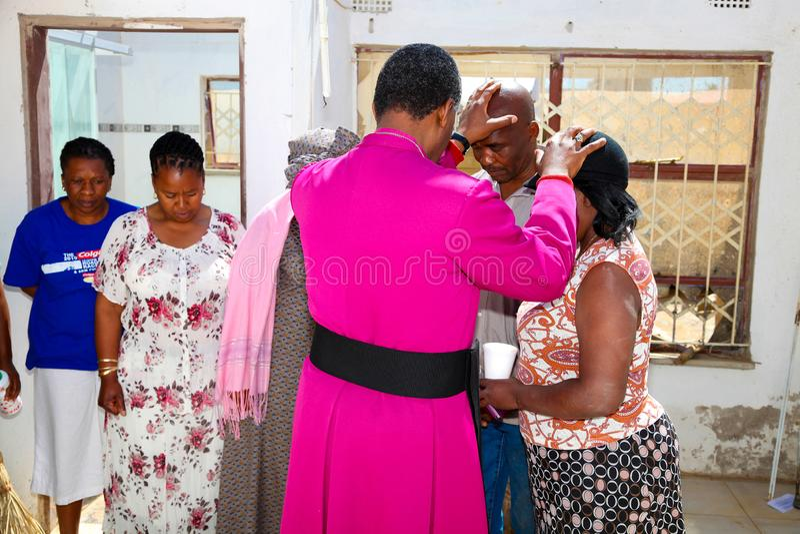 Архиепископ Священник Praying для его конгрегации стоковое изображение rf