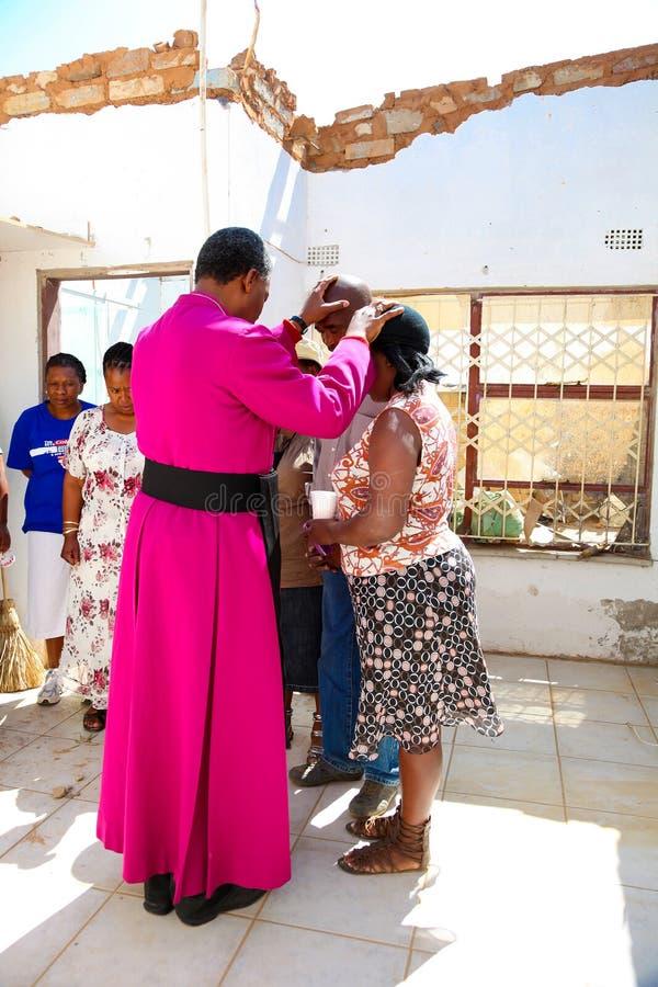 Архиепископ Священник Praying для его конгрегации стоковые фотографии rf