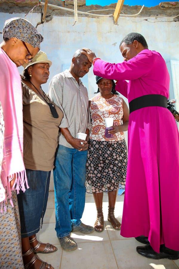 Архиепископ Священник Praying для его конгрегации стоковые изображения rf