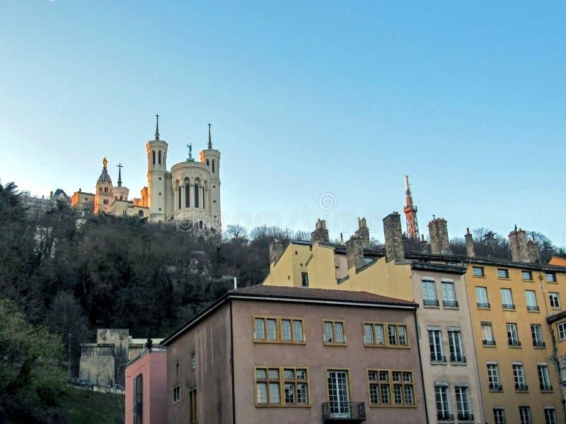 Базилика Нотр-Дам de Fourviere и металлической башни Fourviere, крыш и каминов, Лиона, Франции, Европы стоковое изображение