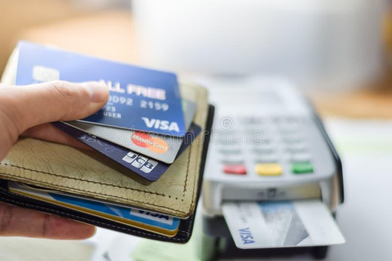 Бангкок, Таиланд - 3-ье марта 2019: Группа в составе кредитные карточки на машине кредитной карточки с ВИЗОЙ, Master Card и бренд стоковые фото