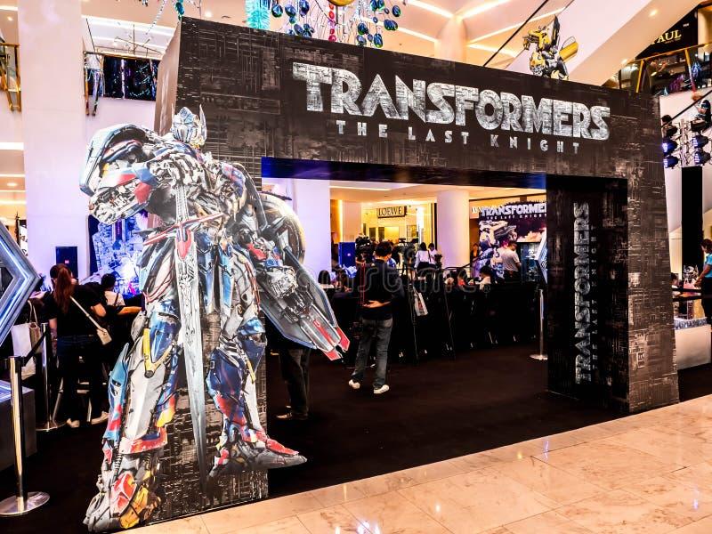 Бангкок, Таиланд - 15-ое июня 2017: Standee трансформаторов фильма: Последний рыцарь показывает событие на emporium Бангкоке стоковые изображения